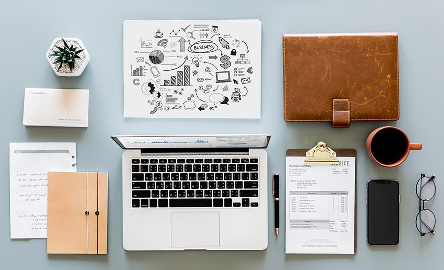 Bürotisch mit Laptop, Timeplaner, Mind Map und Kaffeetasse