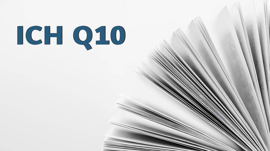 Seiten eines aufgeschlagenen Buchs. Darüber Text: ICH Q10